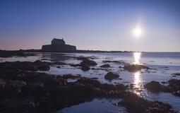 Cwyfan,教堂在Anglesey的海,北部威尔士 库存图片