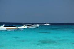 Cyaan-blauwe water en snelheidsboten Royalty-vrije Stock Foto