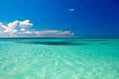 Cyaan oceaan onder blauwe hemel met wolken royalty-vrije stock afbeeldingen