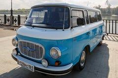 Cyaan retro minivan Barkas B1000 bij de show van oude auto's op dijk van Don rivier stock afbeelding