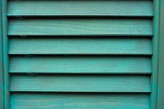 Cyaanvenster met houten blind stock afbeeldingen