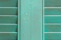 Cyaanvenster met houten blind stock fotografie