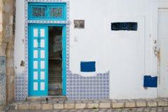Cyan-blaue tunesische Tür Stockfoto