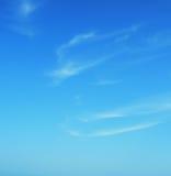 Cyan-blauer blauer Himmel mit Wolken Lizenzfreie Stockbilder