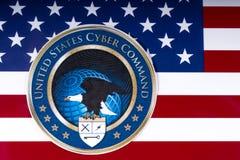 Cyber-Befehls-Logo Vereinigter Staaten auf der US-Flagge Stockfoto