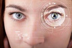 Cyber dziewczyna z technolgy oka patrzeć Obrazy Royalty Free
