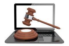 Cyber-Gesetzeskonzept. Moder-Laptop mit hölzernem Hammer Stockbild