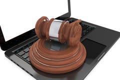 Cyber-Gesetzeskonzept. Moder-Laptop mit hölzernem Hammer Lizenzfreie Stockfotos