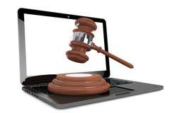 Cyber-Gesetzeskonzept. Moder-Laptop mit hölzernem Hammer Stockfotos