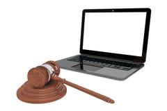 Cyber-Gesetzeskonzept. Moder-Laptop mit hölzernem Hammer Stockfoto