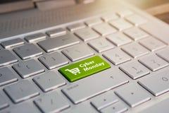 Cyber Maandag en het winkelen karretjesymbool op notitieboekjetoetsenbord Online winkelend bij een korting Verkoopdag in de onlin royalty-vrije stock foto