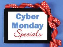 Cyber Montag auf dem Tablettengerät eingewickelt als Geschenk Lizenzfreies Stockfoto
