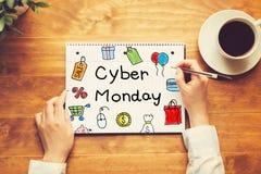 Cyber-Montag-Text mit einer Person, die einen Stift hält Lizenzfreies Stockfoto