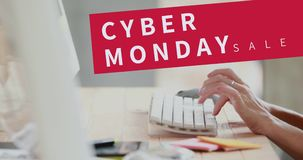 Cyber-Montag-Text und -frau, die Computer 4k verwendet stock footage