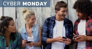 Cyber-Montag-Text und -freunde, die Handy 4k verwenden stock footage