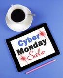 Cyber-Montag-Verkaufsmitteilung auf schwarzem Computertablettengerät Stockfotografie