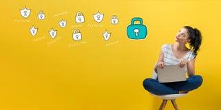 Cyber ochrona z kobiet? u?ywa laptop zdjęcia royalty free