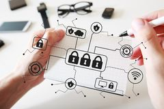Cyber ochrona z notatnikiem obrazy royalty free