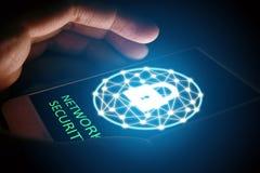 Cyber ochrony sieci pojęcie, mężczyzna gacenia sieć w smartphon Fotografia Stock
