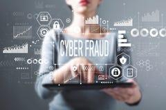 Cyber oszustwo z kobietą używa pastylkę fotografia royalty free