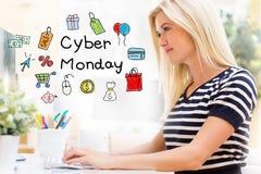 Cyber Poniedziałek z szczęśliwą młodą kobietą przed komputerem obraz stock
