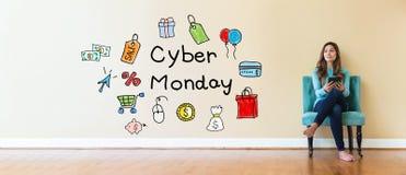 Cyber Poniedziałku tekst z młodą kobietą trzyma pastylkę komputerowa fotografia royalty free