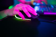 Cyber sporta gamer stukni?cia mysz obrazy royalty free