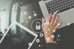 cyber veiligheid Internet en voorzien van een netwerkconcept De hand van de zakenman royalty-vrije stock afbeeldingen