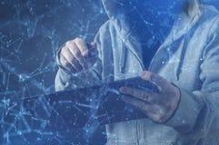 Cyberbrottslingen, person som använder en minnestavla i djup rengöringsdukcyberspace arkivbilder