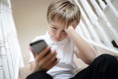Cyberbullismo dal messaggio di testo del telefono Immagine Stock