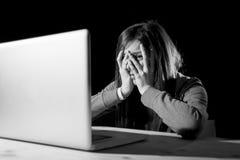 Cyberbullismo di sofferenza della ragazza dell'adolescente spaventato e deprimente esposto a molestie di Internet e di cyberbulli Fotografie Stock Libere da Diritti