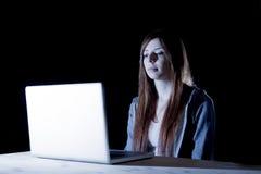 Cyberbullismo di sofferenza della ragazza teenager attraente o esposto a molestie di Internet e di cyberbullismo che ritengono tr Immagini Stock
