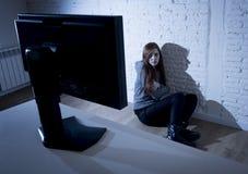 cyberbullying害怕的哀伤沮丧在恐惧面孔表示的少年妇女被滥用的遭受的互联网 免版税图库摄影