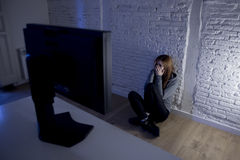 cyberbullying害怕的哀伤沮丧在恐惧面孔表示的少年妇女被滥用的遭受的互联网 免版税库存图片