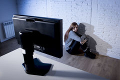 cyberbullying害怕的哀伤沮丧在恐惧面孔表示的少年妇女被滥用的遭受的互联网 免版税库存照片