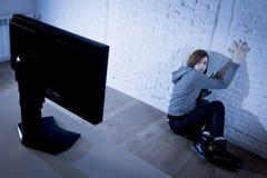 cyberbullying害怕的哀伤沮丧在恐惧面孔表示的少年妇女被滥用的遭受的互联网 库存照片