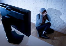 cyberbullying害怕的哀伤沮丧在恐惧面孔表示的少年妇女被滥用的遭受的互联网 库存图片