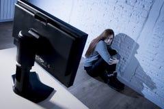 cyberbullying害怕的哀伤沮丧在恐惧面孔表示的少年妇女被滥用的遭受的互联网 图库摄影