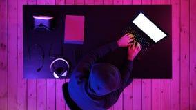 Cybercrime-, hacka och teknologibegrepp - manlig en hacker i mörkt rum som skriver kod eller använder datavirusprogrammet för stock video