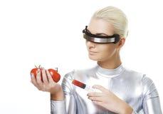 Cyberfrau, die Vitamine von den Tomaten nimmt Stockbild