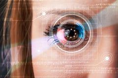 Cyberkvinna med technolgy se för öga Royaltyfri Foto