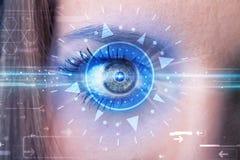 Cybermädchen mit dem technolgy Auge, das blaue Iris untersucht Stockfoto