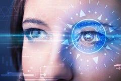 Cybermädchen mit dem technolgy Auge, das blaue Iris untersucht Lizenzfreie Stockfotos
