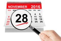 Cybermåndag begrepp 28 November 2016 kalender med förstoringsapparaten Arkivfoton