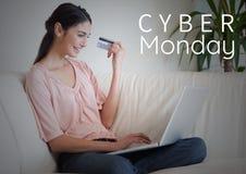 Cybermåndag Sale kvinna som framme sitter av bärbara datorn med creditcard i hennes hand arkivfoto