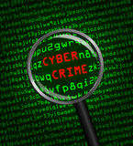 Cybermisdaad in computermachinecode door een magnifyi wordt geopenbaard die Royalty-vrije Stock Foto's
