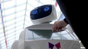 Cybernetic system i dag Moderna Robotic teknologier Autonom robot för Humanoid en man som använder hans pekskärm Tekniskt avancer arkivfilmer