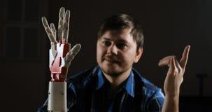 Cybernetisch robotwapen, dat de mensen controleert De mens controleert robotachtig wapen Innovatieve robotachtige die hand - op 3