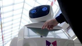 Cybernetyczny system dzisiaj Nowożytne mechaniczne technologie Humanoid autonomiczny robot mężczyzna używa jego dotyka ekran Zaaw zbiory
