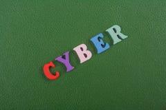 CYBERord på grön bakgrund som komponeras från träbokstäver för färgrikt abc-alfabetkvarter, kopieringsutrymme för annonstext Arkivbilder